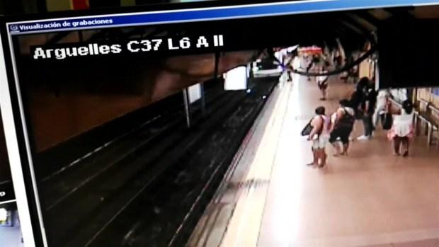 [TLMD - NATL] Empujón lo lanza a los rieles justo cuando llegaba el tren