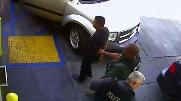 [TLMD - LA] Imágenes del arresto de hombre por agentes de ICE