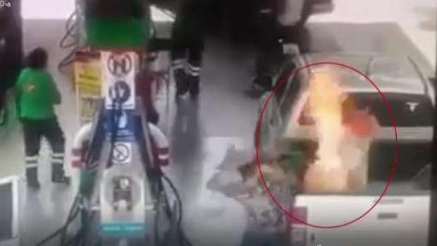 [TLMD - LV] Impactante incendio en gasolinera afecta a niña y padre