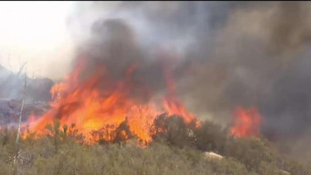[TLMD - LA] Incendio Cranston continúa ardiendo en Riverside