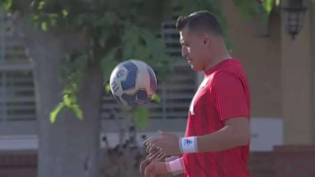 Inmigrante logra residencia por su don con el fútbol
