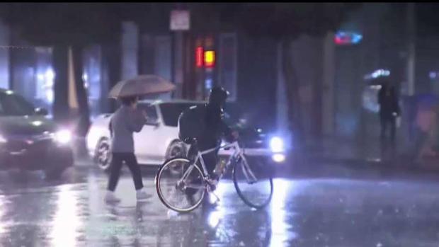 La lluvia no detiene a los trabajadores latinos