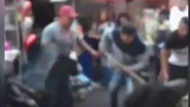 En video: ladrones atacan con palos y puñetazos a policía