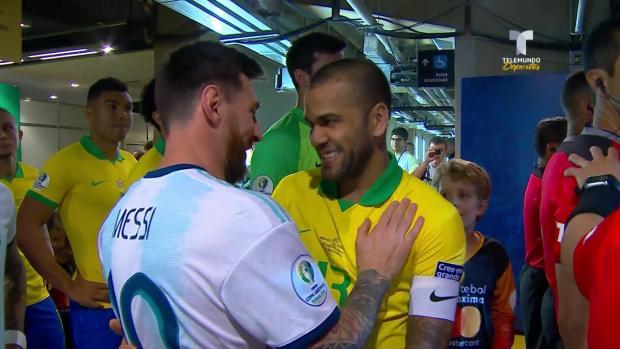 [Copa America - PUBLICADO] El emotivo abrazo entre Leo Messi y Dani Alves en Copa América