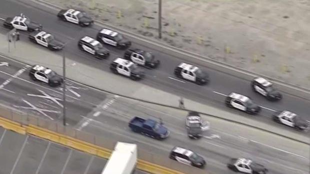 [TLMD - LA] Pasajero en vehículo abre fuego durante persecución