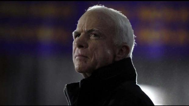 Restos de McCain llegan a Phoenix entre homenajes