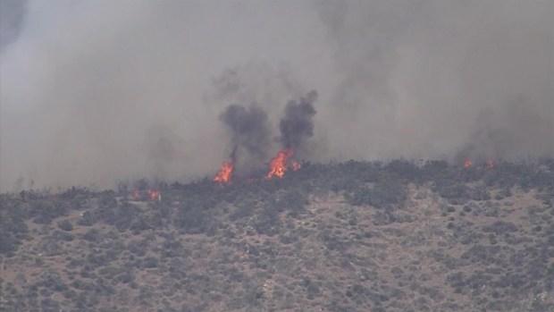 [TLMD - LA] Cientos de bomberos combaten un incendio en Agua Dulce