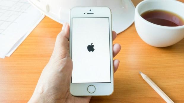 Por qué cambiar la fecha de tu iPhone podría costarte caro