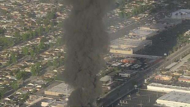 [TLMD - LA] Incendio destruye centro comercial en San gabriel