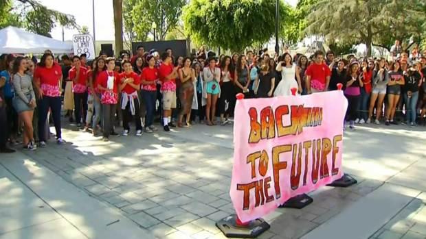 """Video: Gran festejo por el día de """"Volver al Futuro"""""""