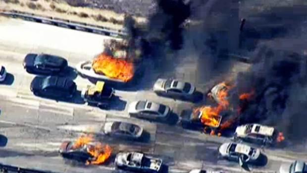Video: Incendio destruye carros, casas y deja heridos