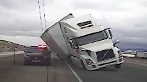 Impresionante: Camión vuelca y aplana a un patrullero