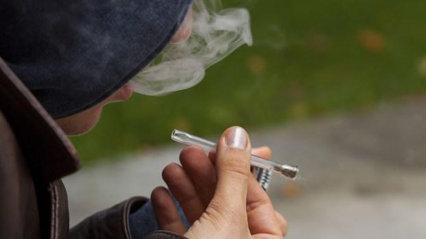 Cómo detectar si tu hijo adolescente consume marihuana