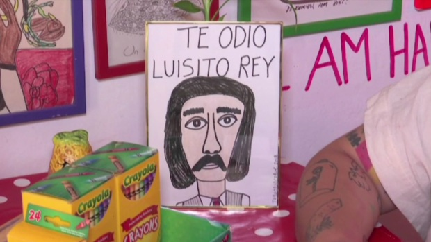 """""""Te odio Luisito Rey"""": serie de Luis Miguel inspira playeras contra el padre del cantante"""