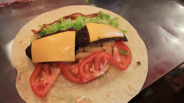 """El """"burgrito"""", nuevo plato de moda con raíces mexicanas"""