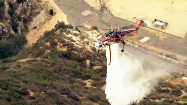 Video: Bomberos intensifican lucha contra incendio