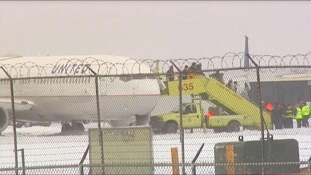 Aterrador: avión se desliza en la pista con 129 pasajeros