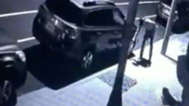 Video: Cacería por hombre que dañó autos