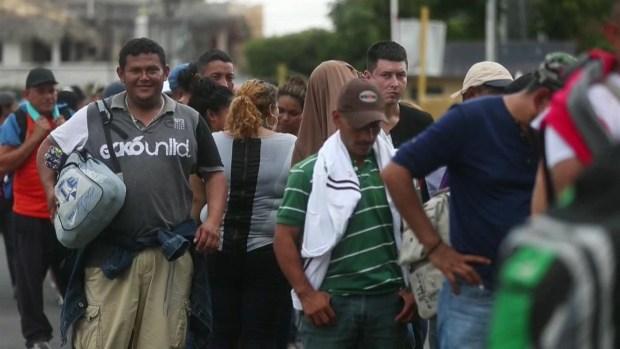 [TLMD - LV] Nueva caravana migrante atraviesa puente hacia México con renovada esperanza