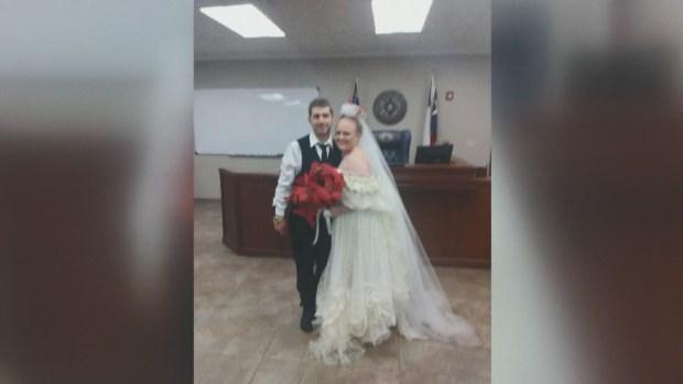 Jóvenes mueren en accidente minutos después de casarse