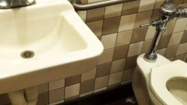 Video: Recompensa tras hallazgo de cámara en baño