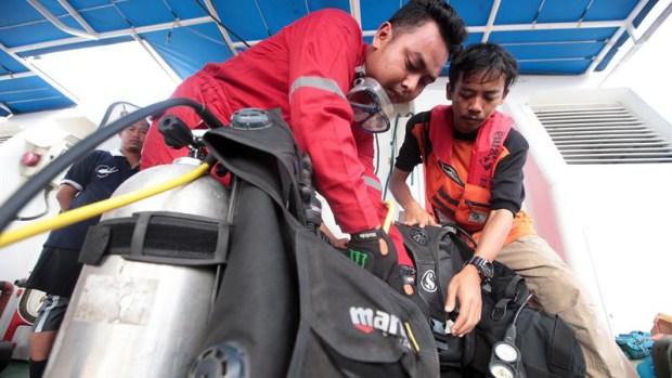Indonesia: encuentra caja negra de avión que cayó al mar