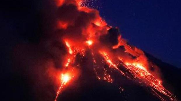 Ríos de lava avanzan implacables y acechan a miles