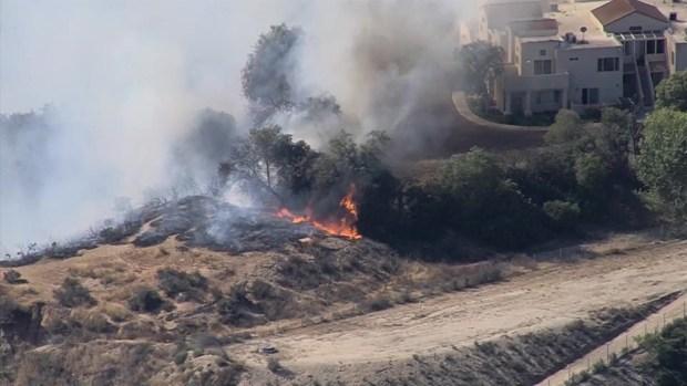 [TLMD - LA] Bomberos tratan de apagar un incendio en Santa Clarita
