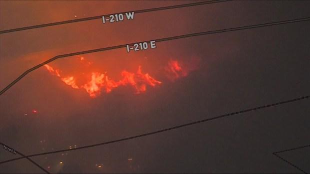 Cierran Autopista 210 por incendio de maleza en Sylmar