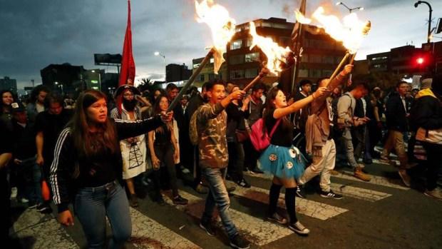 Colombia: estudiantes disfrazados protestan contra la violencia en su país