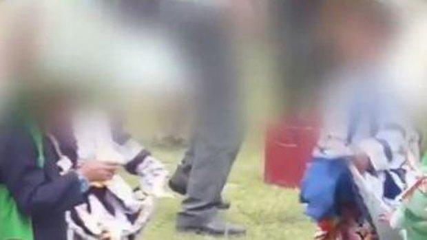Video: Padres permiten beber alcohol a niños