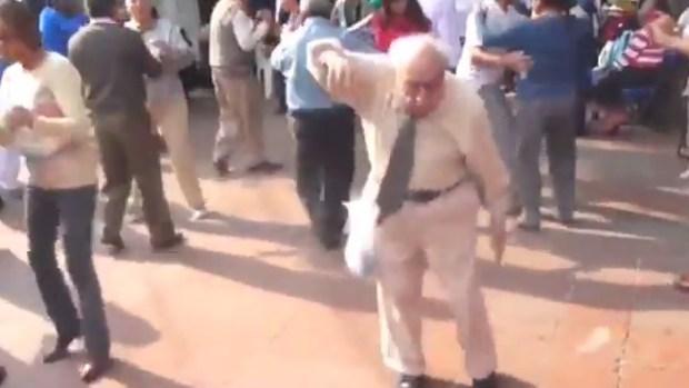 Video: Furor por baile apasionado de anciano