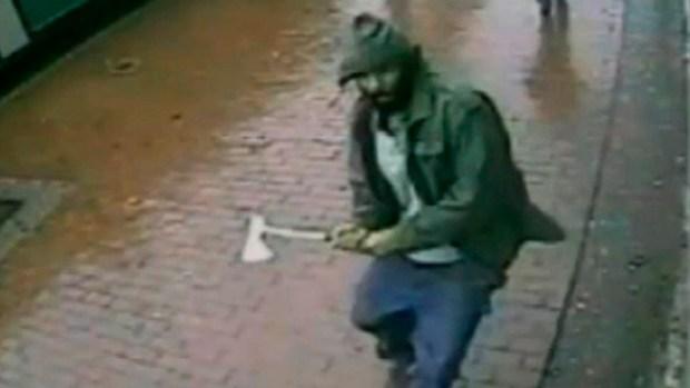 Video: Ataca policías a hachazos en Queens