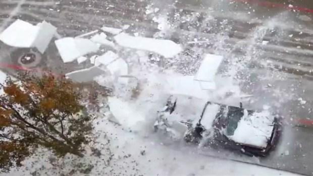Video: Caen bloques de hielo y destrozan autos
