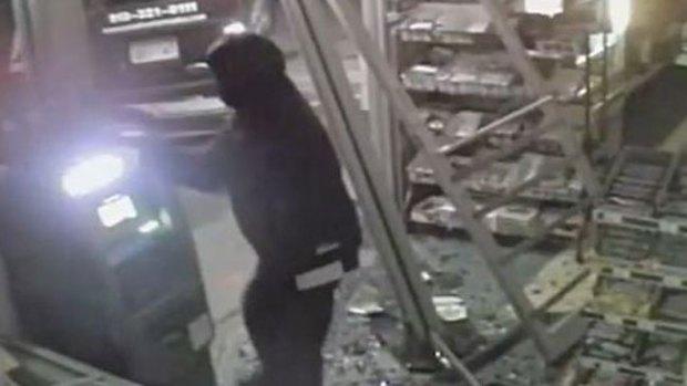 Video: Cajero acaba con paciencia de ladrones