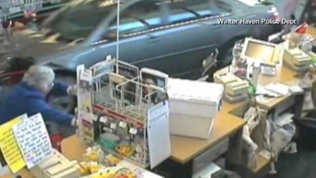 Video: Mujer casi es aplastada por auto en CVS