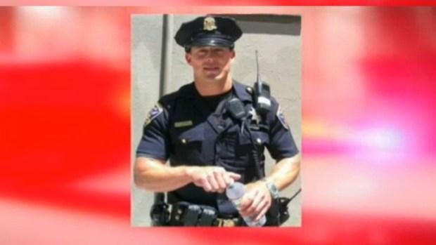 Video: Guapo policía de California causa furor