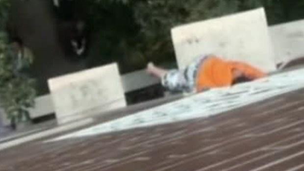 Video: ¡Insólito!, niño queda colgado de cabeza
