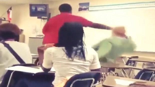 Video: Brutal golpiza a maestra por celular