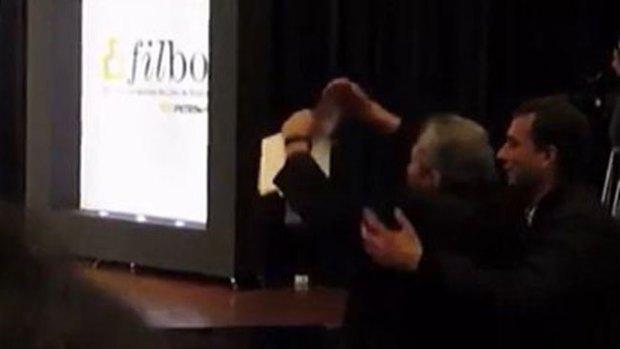 Video: Rompen libro de Vargas Llosa en su cara
