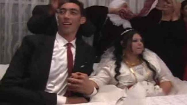 Video: Se casa el hombre más alto del mundo