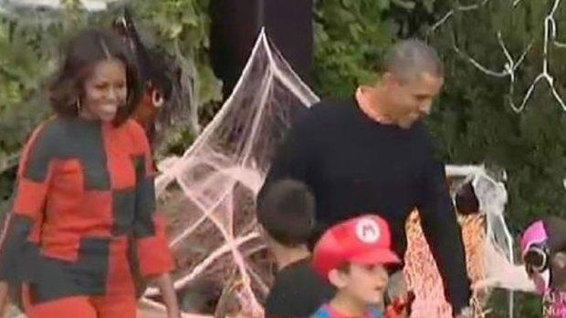 Video: Obama celebra Halloween sin disfraz