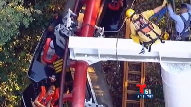 Video: Choca montaña rusa y roza la tragedia