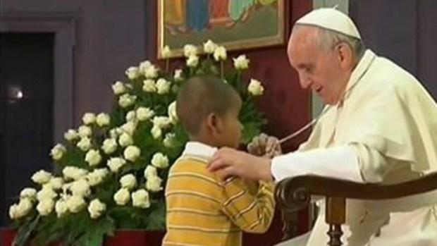 Video: Colombiano el niño aferrado al papa