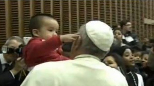 """Video: El curioso niño que """"desafió"""" al Papa"""