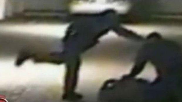 Video: Policías muelen a patadas a hombre