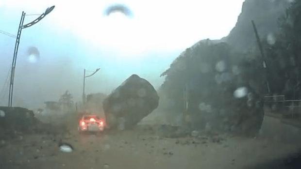 Video: Brutal impacto de roca a conductor