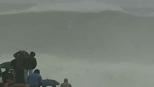 Video: Surfista brasileño atrapa ola gigantesca