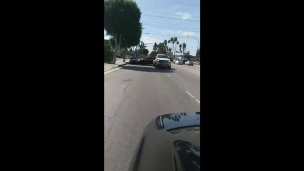[TLMD - LA] Sujeto lucha contra camionero para que no se lleven su auto