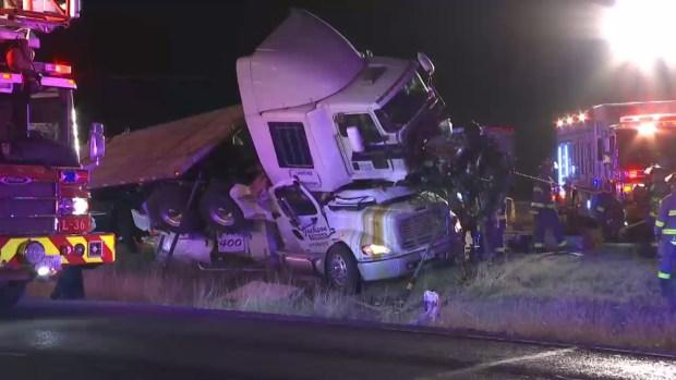 Brutal colisión: camión se vuelca y aplasta grúa en plena autopista